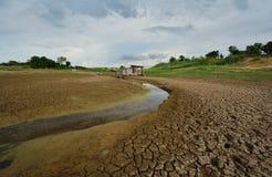 Torr flod på torka förtorkad jordning arkivbild