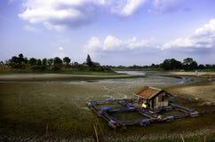 Torr flod p? torka f?rtorkad jordning och sprickajordning fotografering för bildbyråer