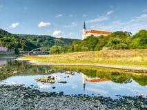 Torr flodbädd av floden Elbe i Decin, Tjeckien Slott ovanför den gamla järnvägsbron Royaltyfri Bild