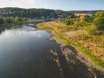 Torr flodbädd av floden Elbe i Decin, Tjeckien Slott ovanför den gamla järnvägsbron arkivbilder