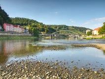 Torr flodbädd av floden Elbe i Decin, Tjeckien Slott ovanför den gamla järnvägsbron royaltyfri fotografi