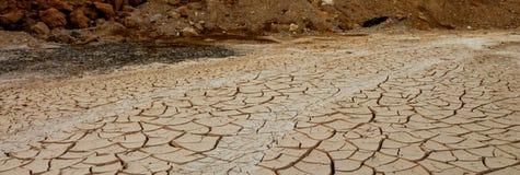 Torr jord som är sprucken, torka död near havsdusch för strand fotografering för bildbyråer