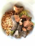Torr kinesisk äggnudel med kokt griskött Arkivbilder