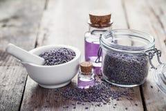 Torr lavendel blommar i mortel, krus av lavendel och olja Arkivfoto