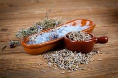 Torr lavendel blommar med salt för bad, Arkivfoto