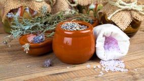 Torr lavendel blommar med salt för bad, Royaltyfri Bild
