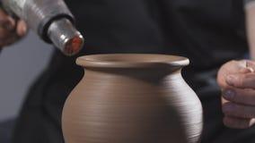 Torr leratillbringare f?r keramiker med torken Mannen r?cker danandeleratillbringaren handgjort hantverk lager videofilmer