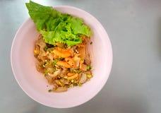 Torr nudel för Kines-thailändsk stil som är blandad med skaldjur och griskött arkivbilder
