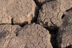 Torr och sprucken jordtextur Global klimatförändring Royaltyfri Bild