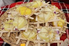 Torr saffran i skönhettvål på bönder marknadsför Bio shaffron Torkad saffrankrydda i en påse och en saffranblomma Skönhetsmedel o royaltyfria bilder