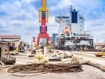 Torr skeppsdocka - kranar Arkivbild