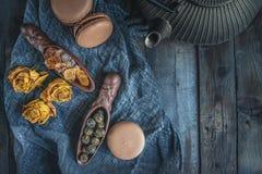 Torr svart tea Rullande sidor i en stor pärla Keramisk figural skyffel med en trevlig plan järn- kokkärl kinesisk tea royaltyfria foton