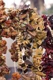 Torra grönsaker och kryddor på rep arkivbilder