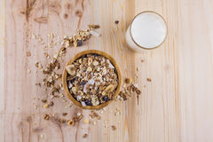 Torra havreflingor och myslit och exponeringsglas av mjölkar på tabellen Top beskådar royaltyfri fotografi