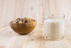 Torra havreflingor och myslit och exponeringsglas av mjölkar på tabellen Top beskådar royaltyfria bilder
