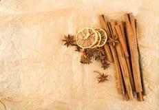 Torra kryddor för funderat vin på gammal bakgrund för kraft papper arkivbilder