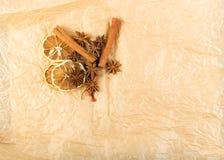 Torra kryddor för funderat vin på gammal bakgrund för kraft papper royaltyfri fotografi
