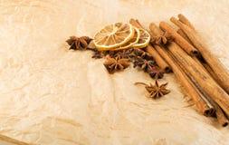 Torra kryddor för funderat vin på gammal bakgrund för kraft papper fotografering för bildbyråer