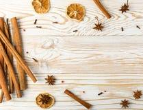 Torra kryddor för funderat vin på lantlig träbakgrund arkivfoton