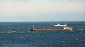 Torra lastfartyg som seglar in i det lugna havet arkivfilmer