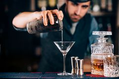 torra martini Förberedelse av martini på stången Stående av bartendern Royaltyfria Foton