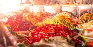 Torra peppar för röd chili i den orientaliska marknaden Royaltyfria Foton