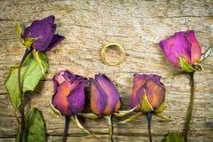 Torra rosor på wood textur, torr förälskelse i valentin, väljer fokusen arkivfoton