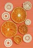 Torra vita tappningbeståndsdelar för apelsiner och av irländsk virkning Doilies cirkelkustfartyg, idérikt hantverkarbete Arkivbild