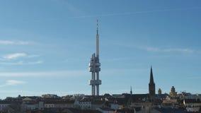 Torre aérea da televisão do zangão em Praga, República Checa video estoque