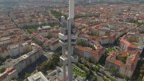 Torre aérea da televisão da opinião do panorama do zangão em Praga, República Checa filme