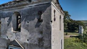 Torre abandonada das ruínas do castelo do St Benedek na Transilvânia, Romênia Silhueta do homem de negócio Cowering fotografia de stock royalty free