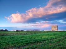 Torre abandonada en la puesta del sol. fotos de archivo