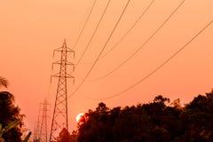 Torre ad alta tensione al tramonto Fotografie Stock Libere da Diritti