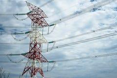 Torre ad alta tensione con il fondo del cielo nuvoloso Fotografie Stock