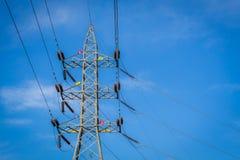 Torre ad alta tensione con l'alfabeto inglese sulla torre, nuvole blu Fotografia Stock