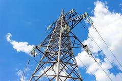 Torre ad alta tensione con la linea ad alta tensione stracciata Fotografia Stock