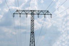 Torre ad alta tensione contro il fondo del cielo Immagini Stock Libere da Diritti