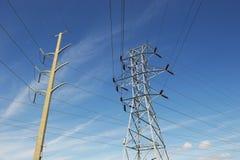 Torre ad alta tensione del trasporto di energia Immagini Stock Libere da Diritti
