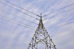 Torre ad alta tensione di energia elettrica sotto il cielo blu Immagini Stock