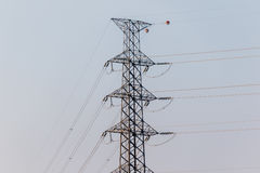 Torre ad alta tensione di postHigh-tensione Fotografia Stock