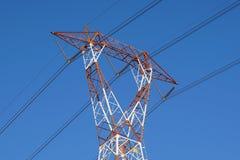 torre ad alta tensione di postHigh-tensione al fondo del cielo Immagini Stock Libere da Diritti