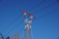 torre ad alta tensione di postHigh-tensione al fondo del cielo Fotografia Stock