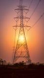 Torre ad alta tensione di postHigh-tensione con alba Immagini Stock Libere da Diritti