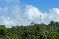 Torre ad alta tensione di postHigh-tensione con il cielo Immagine Stock