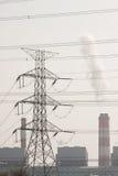 Torre ad alta tensione di postHigh-tensione con stile in bianco e nero dell'immagine Fotografia Stock Libera da Diritti