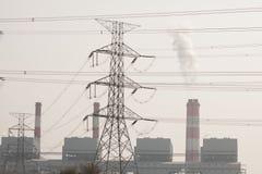 Torre ad alta tensione di postHigh-tensione con stile in bianco e nero dell'immagine Fotografie Stock Libere da Diritti
