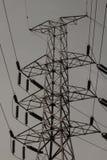 Torre ad alta tensione di postHigh-tensione con stile in bianco e nero dell'immagine Immagine Stock
