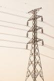 Torre ad alta tensione di postHigh-tensione con stile in bianco e nero dell'immagine Immagini Stock
