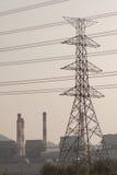 Torre ad alta tensione di postHigh-tensione con stile in bianco e nero dell'immagine Immagini Stock Libere da Diritti
