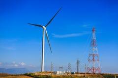 Torre ad alta tensione, distribuzione della stazione e generatore eolico Immagini Stock